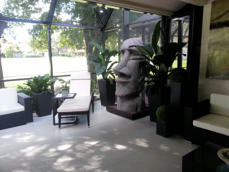 Screen room with nice Moai sculpture